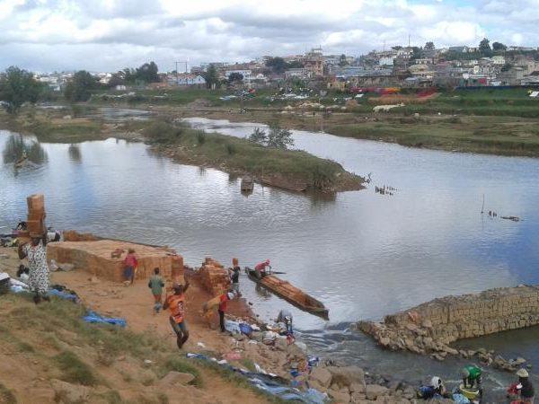 Les briques menacent la digue d'Anosizato selon l'APIPA